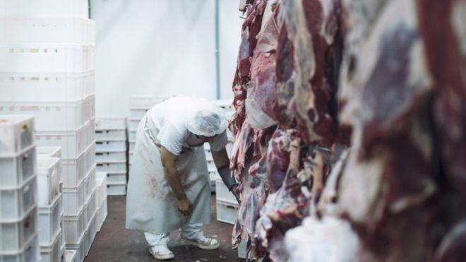 Coronavírus: o avanço silencioso da covid-19 em frigoríficos do Brasil